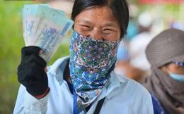 Ảnh: Niềm vui của những công nhân thu gom rác đầu tiên được trả nợ lương