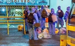 Chùm ảnh: Đoàn xe chở bệnh nhân Covid-19 nối đuôi nhau đến Bệnh viện dã chiến ở Sài Gòn trong cơn mưa đêm
