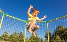 """Cha mẹ thấp lùn, con có cao được không? Chuyên gia dinh dưỡng nhấn mạnh yếu tố giúp con sở hữu """"đôi chân dài"""" ai ai cũng mơ ước"""