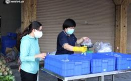Ảnh: Người dân Đà Nẵng phấn khởi mua thực phẩm tại điểm bán hàng lưu động bình ổn giá