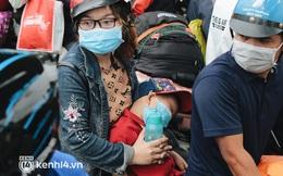 Ảnh: Hàng nghìn người ùn ùn rời TP.HCM về quê bằng xe máy, xót xa cảnh những đứa trẻ vật vờ ngủ gật trong lòng cha mẹ