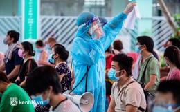 Ảnh: Người dân TP.HCM hào hứng xếp hàng chờ đợi tiêm vắc xin Sinopharm