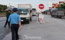 Nhiều xe hổ vồ đeo lô-gô thông chốt liên ngành Hà Nội