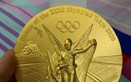 Huy chương vàng Olympic Tokyo 2020 vừa chạm nhẹ đã bay lớp mạ, dân mạng Trung Quốc chê bai: Đúng là đồ... Made in Japan!