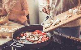 Tại sao nấu ăn tại nhà lại rẻ hơn nhiều so với đi ăn ở ngoài? Lời giải thích sẽ giúp bạn nhận ra giãn cách là cơ hội học cách kiểm soát chi phí thực phẩm khổng lồ bấy lâu nay