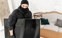 """""""Kẻ cắp gặp bà già"""": Bị ăn trộm TV, Samsung khoá từ xa và biến chúng thành """"cục gạch"""""""