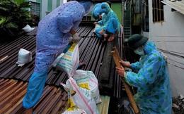 """Ảnh: Bộ đội mặc đồ bảo hộ, dầm mưa vào """"vùng đỏ"""" giúp dân gia cố nhà chống bão số 5"""