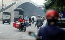 Xe máy nườm nượp đi ngược chiều 'né' chốt kiểm soát khu vực ra vào 'vùng đỏ' của Hà Nội