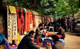 Bàn luận vui chuyện làm ăn của các ông đồ trên phố Văn Miếu
