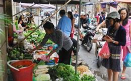 Người Hà Nội tích trữ thực phẩm phòng tránh bão