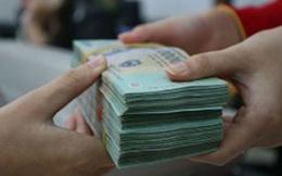 Lãi suất hạ nhưng người dân vẫn ồ ạt gửi tiền vào ngân hàng