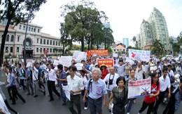 Người dân tuần hành phản đối Trung Quốc xâm phạm chủ quyền của Việt Nam