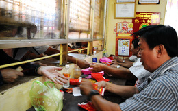 Bình Dương: Xếp hàng dài ở chùa Bà Thiên Hậu mua bao lì xì tiền triệu cầu may