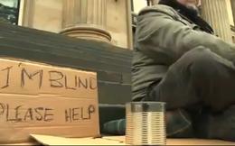 Bài học ngôn ngữ từ tấm bảng của người ăn xin mù