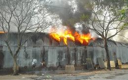 Hà Nội: Kho hàng 4000 m2 cháy dữ dội giữa trưa, phát hiện nhiều pháo hoa