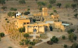 Độc đáo khách sạn tráng lệ giữa sa mạc cát