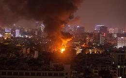 Cháy dữ dội dãy quán karaoke bên cầu Lê Văn Sỹ