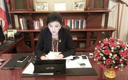 Bàn làm việc tràn ngập đồ công nghệ cao của nữ thủ tướng Thái Lan