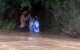 Bộ trưởng Đinh La Thăng nhắn tin cho cô giáo qua suối bằng túi nylon
