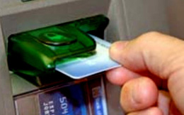 Người thu nhập thấp gặp khó với thu phí ngân hàng