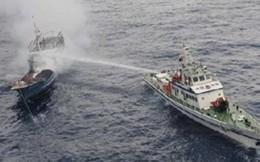 Tàu Trung Quốc tiếp tục phun vòi rồng và đâm vào tàu Việt Nam