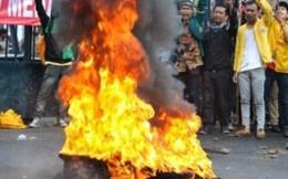 Indonesia: Giá xăng tăng 44%, dân biểu tình rầm rộ