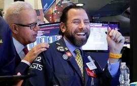 Chứng khoán Mỹ thăng hoa đột biến, Dow Jones có lúc tăng 1.000 điểm, vượt mốc 27.330 điểm nhờ việc làm nhiều kỷ lục