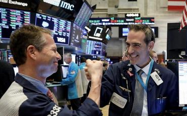 Hứng khởi trước 1 loạt dòng tweet của Tổng thống Trump, Dow Jones bứt phá hơn 500 điểm và ghi nhận phiên khởi sắc nhất kể từ tháng 7
