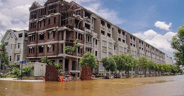 """Cách nào để cư dân """"biệt thự triệu đô"""" Hà Nội vượt mưa lũ?"""