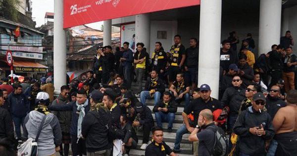 Ảnh: CĐV Malaysia liên tục nói ''thank you so much'' khi tới sân Mỹ Đình, chụp ảnh với CĐV Việt Nam như người nhà