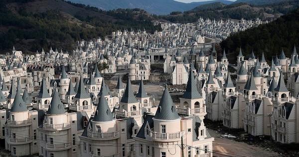 """Xót xa """"làng biệt thự"""" 200 triệu đô tuyệt đẹp bị bỏ hoang"""