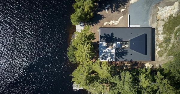 """Ngôi nhà trên diện tích hơn 2.700 m2 có """"lưng"""" dựa rừng thông cổ thụ, """"mặt"""" hướng hồ"""