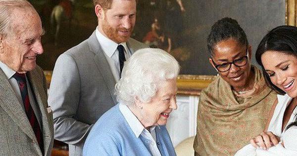 Con trai đầu lòng của Meghan đã tạo nên khoảnh khắc chưa từng có trong bức hình ''lịch sử'', đánh dấu mốc quan trọng của Hoàng gia Anh ở điểm đặc biệt này