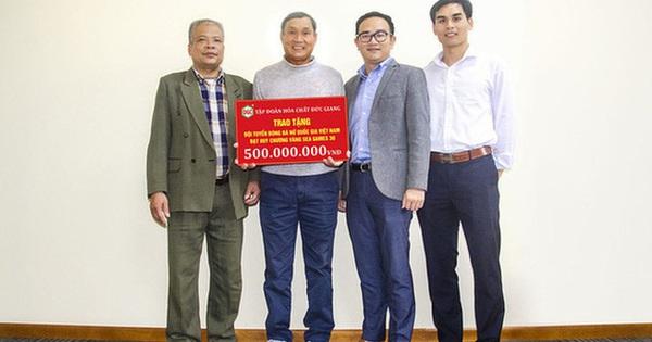 Soi Hóa chất Đức Giang ''hứa'' thưởng 500 triệu cho tuyển bóng đá nữ: Doanh thu 6.000 tỷ/năm, hơn 500 tỷ tiền gửi ngân hàng
