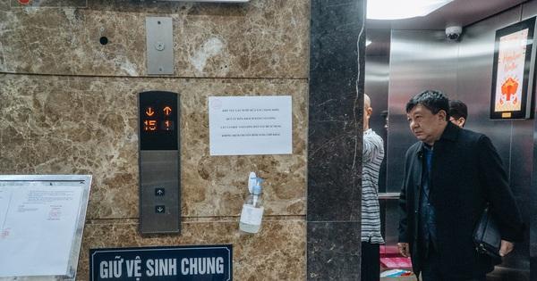 Hà Nội: Bọc nylon nút bấm, yêu cầu cư dân không nói chuyện hay nghe điện thoại trong thang máy để phòng dịch virus Corona