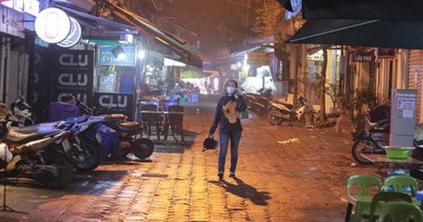 """Phố """"không ngủ"""" tại Hà Nội giữa dịch Covid-19: Vắng vẻ cả ngày lẫn đêm, chủ quán bất đắc dĩ phải kiêm luôn nhân viên"""