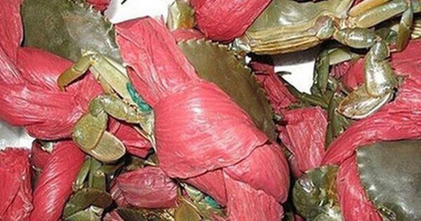 Mua 2,5kg cua biển, được tính tiền 2kg, sững sờ phát hiện dây buộc cua nặng 1,9kg