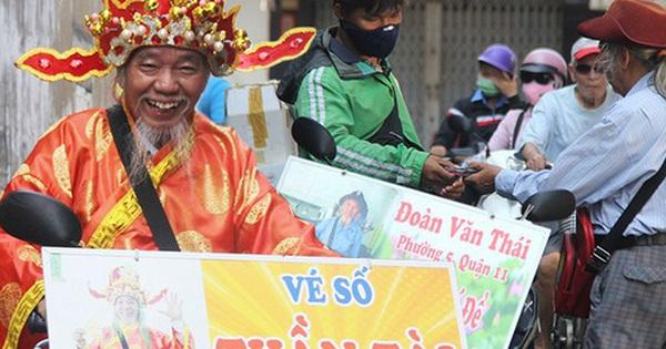Chuyện ông ''thần tài'' đi khắp Sài Gòn để bán vé số may mắn: ''Có người nói tôi việc nhà không xong mà bày đặt đi giúp người nghèo''