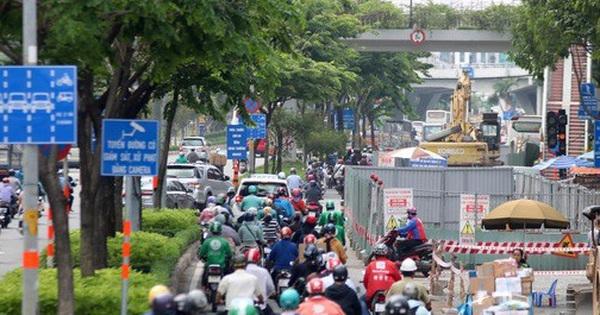Cận cảnh ''lô cốt'' đầy đường khu vực nút giao chân cầu Sài Gòn