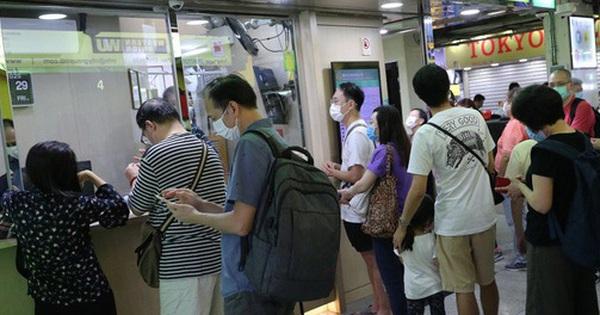 """SCMP: Mỹ tước quy chế đặc biệt, dân Hồng Kông ồ ạt đổi USD, cửa hàng """"đuổi khách"""" vì cạn tiền"""