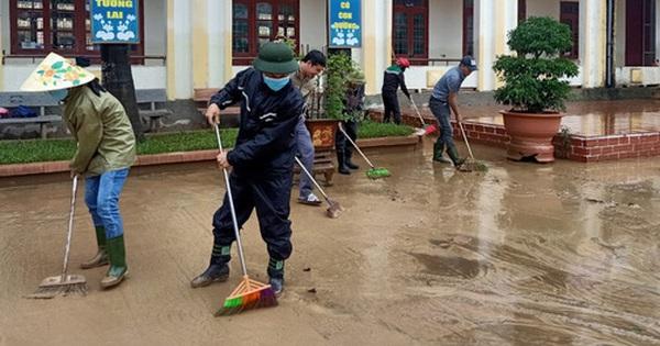 [Ảnh] Nước lũ rút, các trường học vùng lũ Quảng Bình đối đầu với ''cuộc chiến'' mới