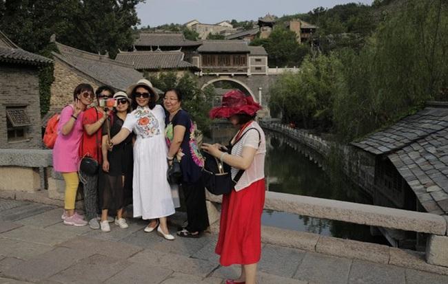 Du lịch Trung Quốc rơi vào 'vòng xoáy tử thần' vì Covid-19