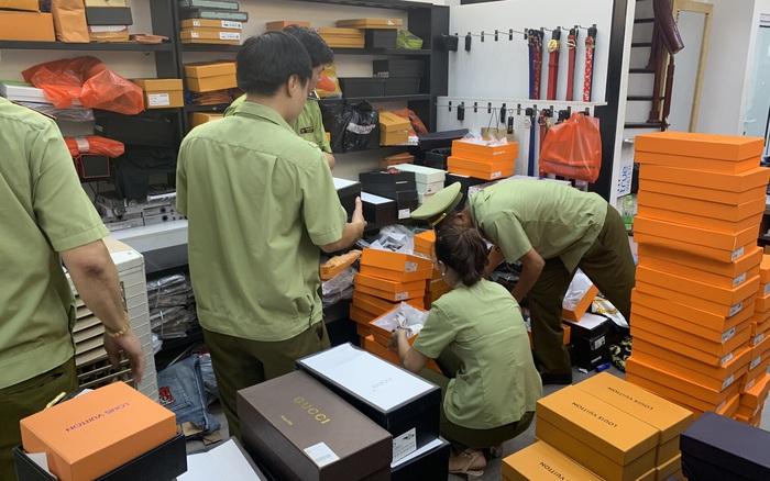 Tạm giữ hơn 33.000 sản phẩm có dấu hiệu giả nhãn Burberry, Lacoste, Gucci, Chanel, LV...