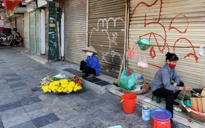 Cảnh tượng trái ngược đến xót xa tại phố lụa sầm uất Hà Nội, lác đác hàng rong nghỉ chân
