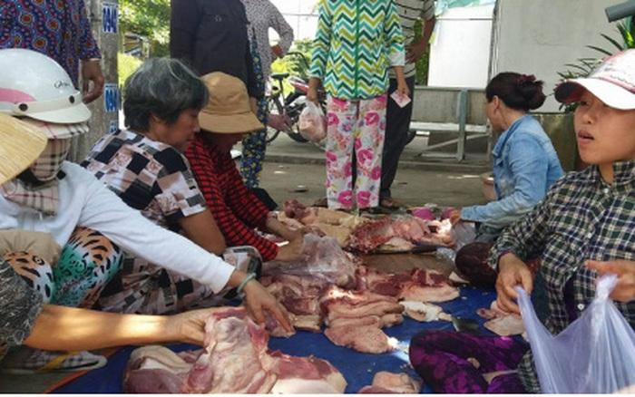 Giá lợn sụt giảm, hộ nuôi và người tiêu dùng thiệt thòi nhưng thương lái vẫn hưởng lợi
