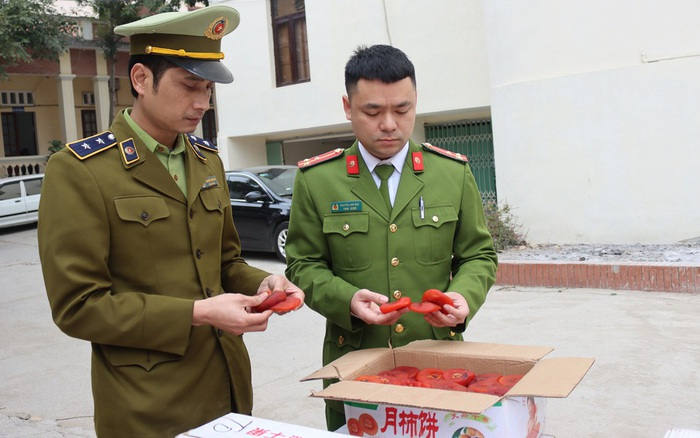 Cận tết, hàng tấn hồng sấy dẻo tìm đường vào Việt Nam tiêu thụ