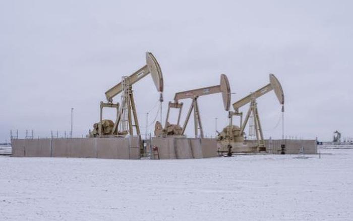 Giá dầu vượt 65 USD/thùng, Saudi Arabia cảnh báo hãy