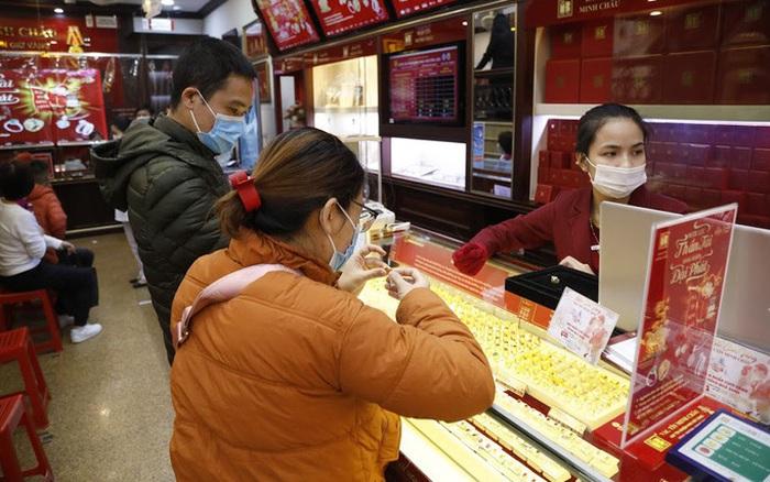 Bán vàng trong ngày vía Thần Tài, chủ tiệm vàng ở vùng dịch bị phạt 20 triệu đồng - giá vàng
