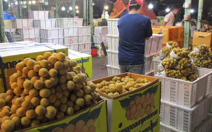 Trái cây Thái Lan đầu mùa giá cao ngất, còn bưởi xoài Việt Nam rẻ bèo
