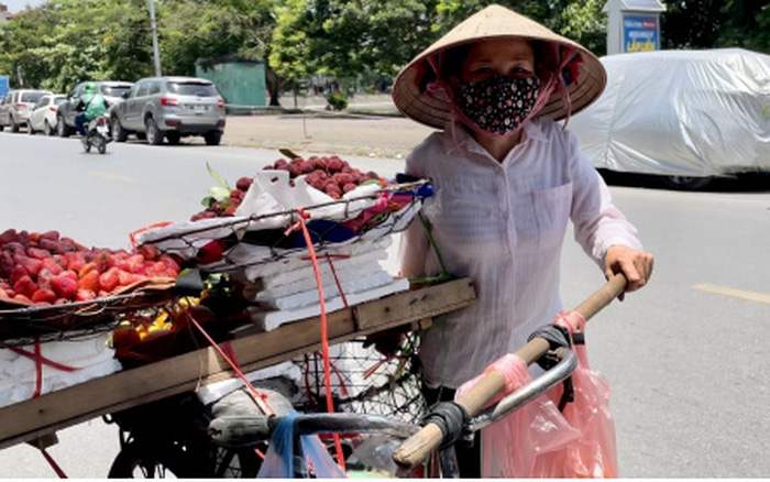 Người dân chật vật mưu sinh dưới nắng nóng hơn 40 độ C tại Hà Nội